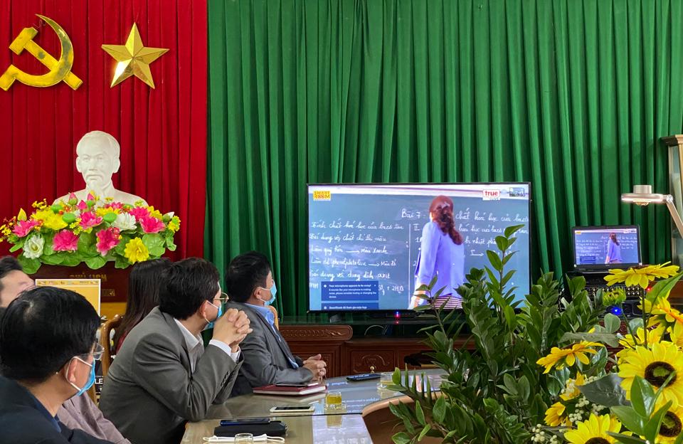 Lãnh đạo địa phương, các thầy cô giáo cùng các chuyên gia giáo dục cùng trải nghiệm giải pháp dạy học trực truyến qua bộ thiết bị chuyên dụng SmartROOM.