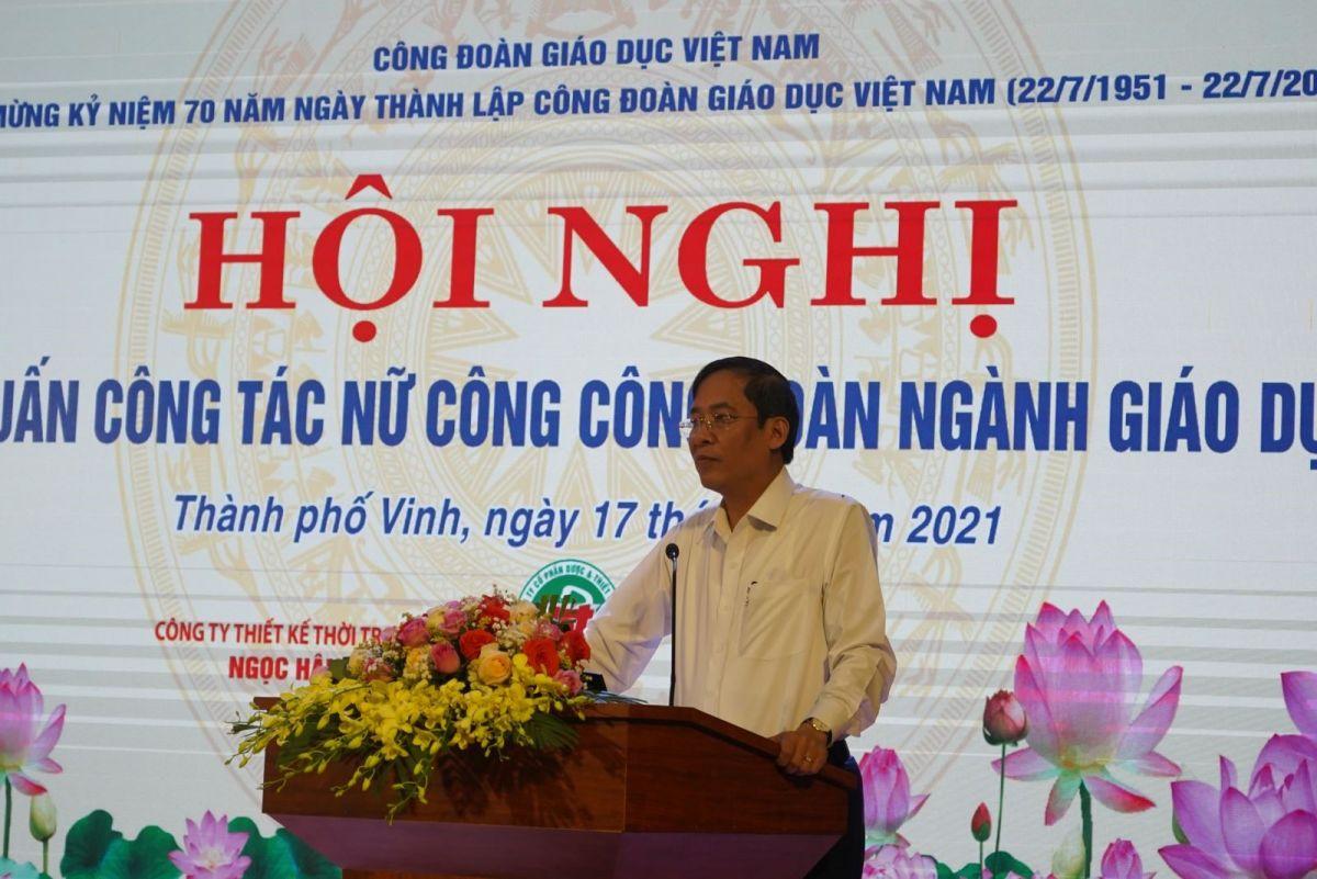 Ảnh 1. Đ/c Vũ Minh Đức - Chủ tịch Công đoàn Giáo dục Việt Nam phát biểu khai mạc Hội nghị