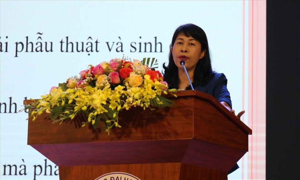 Ảnh 2. Đ/c Trịnh Thanh Hằng, Trưởng Ban nữ công Tổng Liên đoàn Lao động Việt Nam báo cáo tại Hội nghị