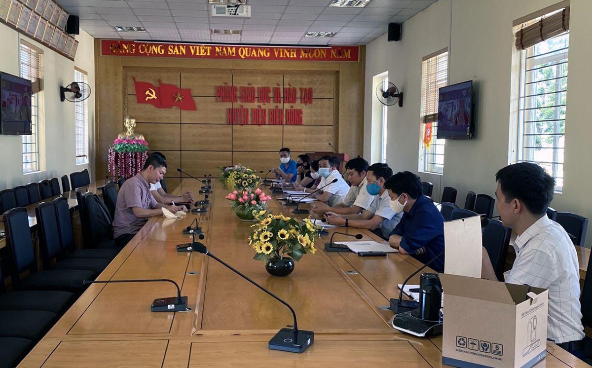 Đại diện công ty công nghệ DUCAPITAL Holding (DUCA) làm việc và tiếp nhận các ý kiến trao đổi khi triển khai phòng học thông minh và giải pháp dạy học trực tuyến với đại diện lãnh đạo các trường học tại huyện Điện Biên Đông.