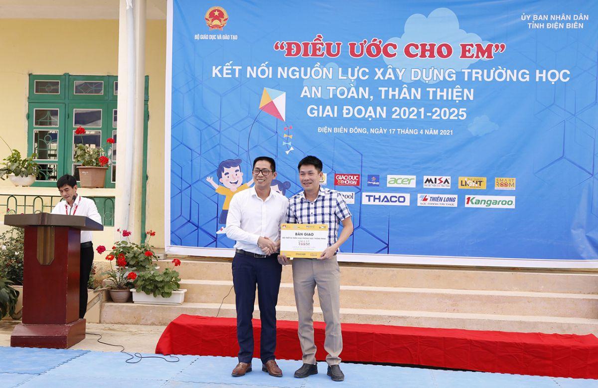 Đại diện công ty The Smart Light bàn giao bộ thiết bị SR-C và giải pháp công nghệ SmartROOM để thiết lập phòng học thông minh cho các điểm trường vùng sâu, vùng xa của tỉnh Điện Biên.