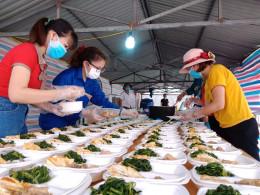 Giáo viên mầm non nấu hàng nghìn suất ăn gửi cán bộ, công nhân trong khu cách ly