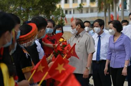 Chủ tịch nước Nguyễn Xuân Phúc dự khai giảng năm học mới tại Trường PTDT nội trú Yên Bái